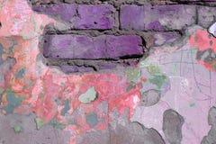 Oud gebroken bakstenen muurclose-up, gestemd beeld in purple royalty-vrije stock foto's