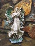 Oud gebroken engelenstandbeeld Royalty-vrije Stock Afbeeldingen