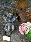 Oud gebroken engelenstandbeeld Stock Fotografie