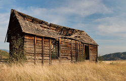 Oud gebroken houten huis Royalty-vrije Stock Afbeeldingen