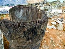 Oud gebroken houten mortier Stock Foto's