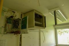 Oud gebroken serverkabinet stock afbeeldingen
