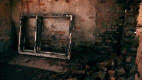 Oud Gebroken Venster aan de binnenkant op een verlaten Algemene Vergadering stock video