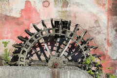 oud gebroken wiel van een oude verlaten watermolen royalty-vrije stock foto's