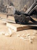 Oud gebruikt houten vliegtuig op het werkbank stock foto's