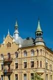 Oud, geel flatgebouw royalty-vrije stock foto's