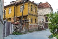 Oud geel huis stock afbeelding