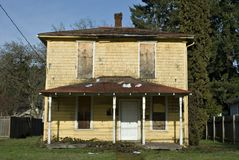 Oud geel huis royalty-vrije stock fotografie