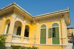 Oud geel huis - buiten eerste verdiepingmening 1 royalty-vrije stock afbeelding