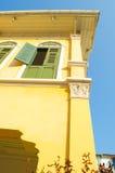 Oud geel huis - buiten hoge hoek stock afbeelding