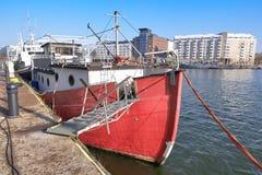 Oud is geen groot die schip aan de pijler wordt vastgelegd royalty-vrije stock afbeeldingen