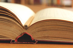 Oud geopend boek op de lijst Stock Foto