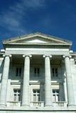 Oud gerechtsgebouw met blauwe hemel Stock Foto's