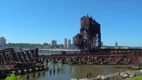 Oud geroest staal op de rivier stock video