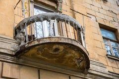 Oud geruïneerd balkon met kabel en wasknijpers Rostov-op-trek, Rusland aan Royalty-vrije Stock Foto