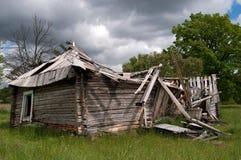 Oud geruïneerd blokhuis dat neer valt Stock Foto's