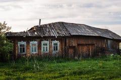 Oud geruïneerd houten dorpshuis Royalty-vrije Stock Fotografie