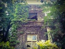 Oud geruïneerd spookhuis Stock Afbeeldingen