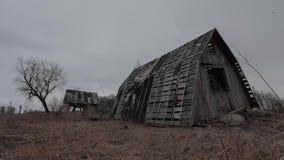 Oud geruïneerd verlaten blokhuis in de herfst timelapse stock videobeelden