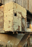 Oud geruïneerd huis met aarden muren en adobepleister Royalty-vrije Stock Fotografie