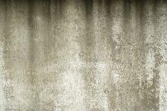 Oud geschilderd beton met overdrukplaatje stock fotografie