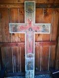 Oud geschilderd houten kruis met Jesus Christ royalty-vrije stock foto