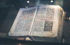 Oud geschrift Oud slavic manuscript Museumtentoongesteld voorwerp Stock Afbeeldingen