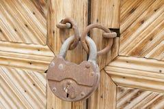 Oud gesloten hangslot op de houten deur royalty-vrije stock foto
