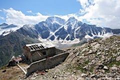 Oud gestoord huis in de bergen van de Kaukasus royalty-vrije stock fotografie