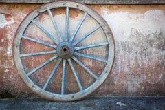 Oud gestreken, blauw wagen of vervoerwiel stock fotografie