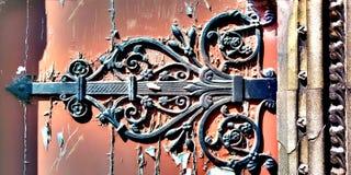 Oud gevormd metaalslot op een houten deur royalty-vrije stock foto