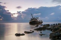 Oud geworpen schip aan de grond royalty-vrije stock afbeelding