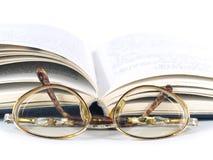 Oud glazen en boek Royalty-vrije Stock Foto's