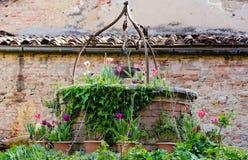 Oud goed in het vierkant van een kleine Toscaanse stad stock foto's