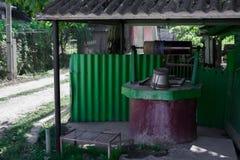 Oud goed met water in dorp, groene kleur stock fotografie