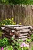 Oud goed in tuin royalty-vrije stock afbeelding