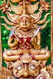 Oud gouden gravure houten venster van Thaise tempel. Stock Afbeeldingen