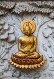 Oud gouden gravure houten venster van Thaise tempel. Royalty-vrije Stock Foto's