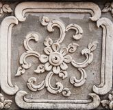 Oud gouden gravure houten venster van Thaise tempel. Thailand Stock Foto