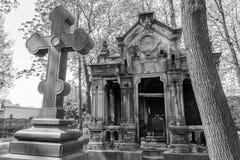Oud graf in de begraafplaats Stock Afbeeldingen