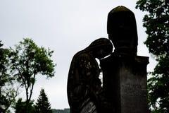 Oud grafsteen herdenkingsstandbeeld in oude begraafplaats mooi droevig standbeeld van meisje in oude begraafplaats van Lviv royalty-vrije stock foto