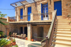 Oud Grieks huis met blauwe deuren en vensters, Kreta Royalty-vrije Stock Fotografie