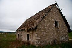 Oud griezelig eng verschrikking verlaten huis in een midden van nergens Royalty-vrije Stock Foto's