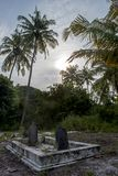 Oud griezelig kerkhof met crypt en graven bij het tropische lokale eiland Fenfushi royalty-vrije stock fotografie