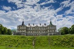 Oud griezelig reusachtig donker kasteel op de heuvel onder de blauwe hemel Stock Afbeeldingen