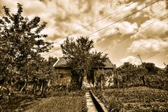 Oud griezelig - sepia huis - HDR Stock Afbeelding