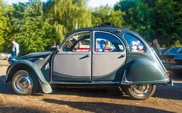 Oud grijs Citroën 2CV bij een auto toont Royalty-vrije Stock Fotografie