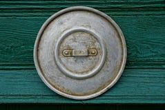 Oud grijs deksel op de groene muur royalty-vrije stock foto
