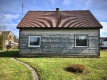 Oud grijs houten chalet in Litouwen royalty-vrije stock afbeelding