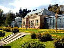 Oud groen huis in mooie formele tuin in openbaar park met de lentebloemen in Stuttgart, Duitsland, Europa Royalty-vrije Stock Foto's